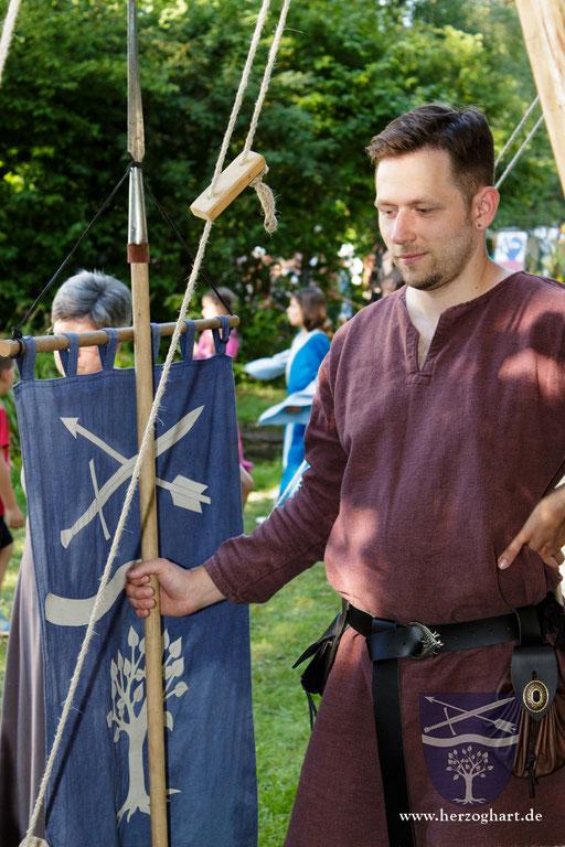 Manfred steht den interessierten Besuchern gerne mit Rat und Tat zur Seite... /Foto: Stephan