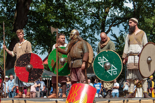 Die Wikinger (Frühmittelalter) präsentieren ihre Ausrüstung. /Foto: Alina/Stephan