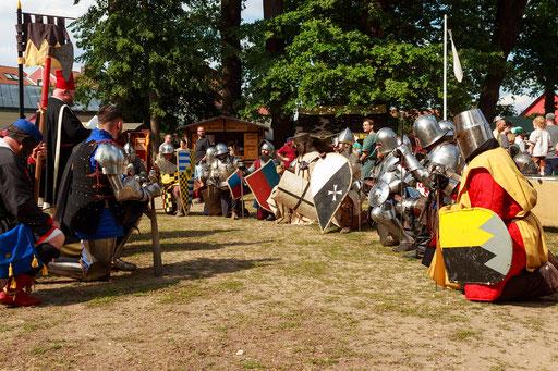Bevor es in die Schlacht geht, erhalten die wackeren Krieger noch den Segen Gottes. /Foto: Stephan