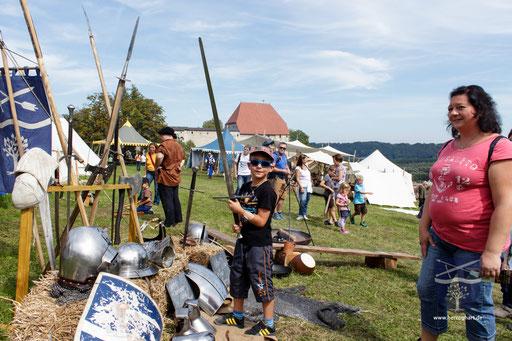 Den großen Jungs gefallen natürlich die großen Schwerter! /Foto: Stephan