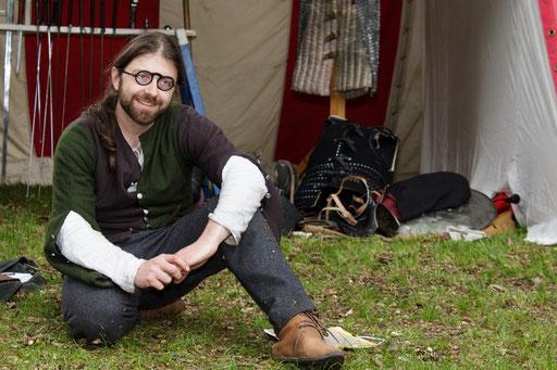 Schwertmeister Dustin brachte in seinem Schwertkampf-Workshop den Kindern die Kunst des Fechtens bei. /Foto: Stephan