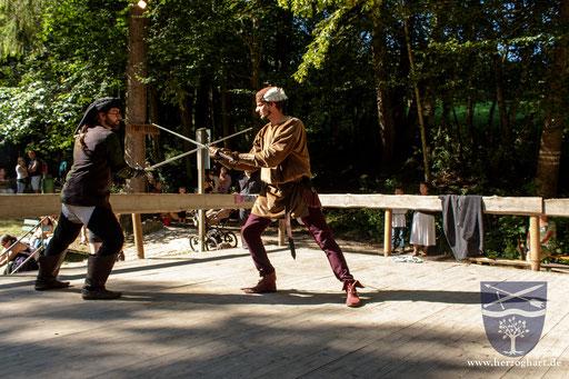 Dustin (links) und Stephan (rechts) zeigen dem Publikum, wie Bloßfechten funktioniert. /Foto: Frederik