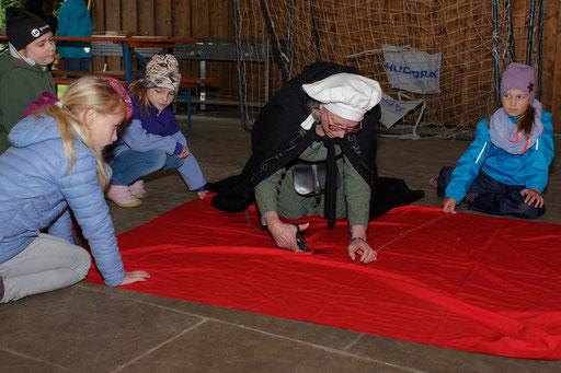 Bei Marianne fertigten die Kinder einen Umhang für den Ritter Lohengrin an. /Foto: Stephan
