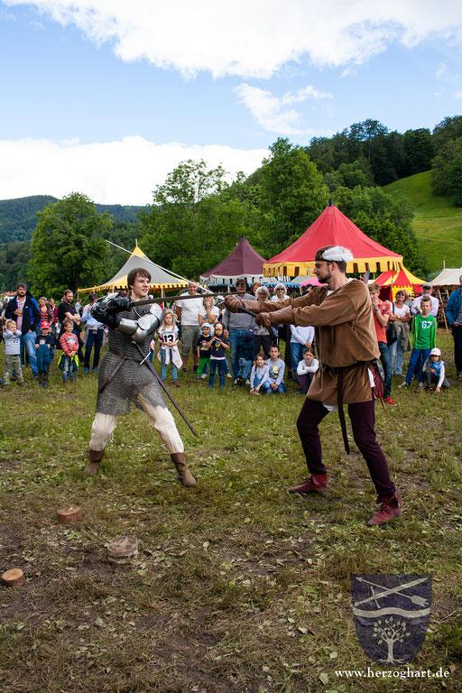 Daniel (links) und Stephan (rechts) kreuzen die Klingen. Immer wieder spannend, diese Kämpfe! /Foto: Julia