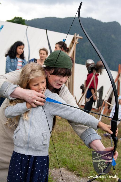 Gerne hilft Renate beim Spannen und Zielen mit. /Foto: Julia
