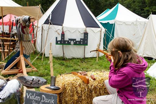 Das Kinder-Armbrustschießen ist ein sehr beliebtes (Kinder-)Spiel in unserem Lager. /Foto: Julia