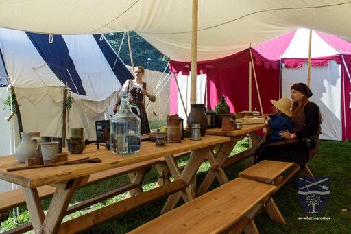 Wir haben den Anspruch, unser Lager so authentisch wie möglich zu gestalten. Dazu haben wir z. B. eigene Tische und Bänke im typischen Stil des frühen 15. Jahrhunderts gefertigt! /Foto: Stephan