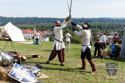Frederik (links) und Dustin (rechts) gehen die Grundlagen mit des Schwertkampfes nach Talhoffer durch. (Teil 1) /Foto: Stephan