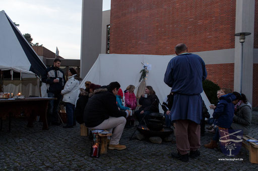Gespannt lauschen die Zuhörer den Geschichten von Ernst. /Foto: Julia