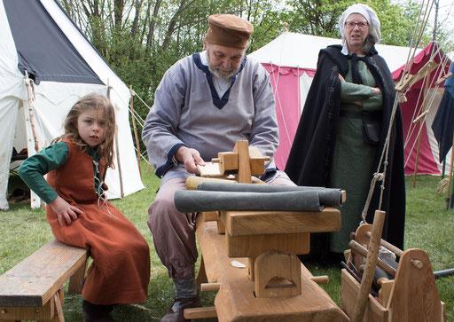 Ernst fertigt etwas an, während Marianne und Romy ihm Gesellschaft leisten. /Foto: Julia