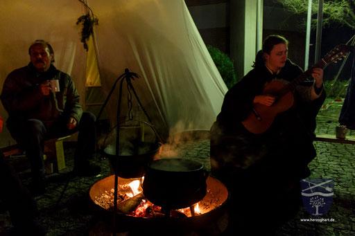 Manuel (rechts) sorgte für eine gemütliche Stimmung. Er spielte für die Gäste mit seiner Gitarre. /Foto: Julia