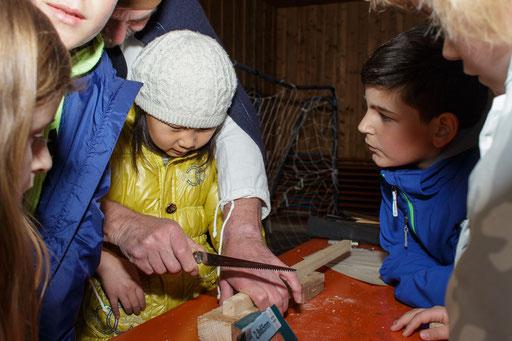 Ernst fertigte mit den Kindern diverse Holzgegenstände an, hier z. B. einen eigenen Würfel. /Foto: Stephan