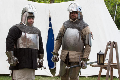 Nach einer Weile sind beide Recken für die Feldschlacht bereit. /Foto: Julia