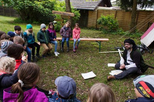 Eine Gruppe fand sich bei Schwertmeister Dustin für eine Lehrstunde ein. /Foto: Stephan