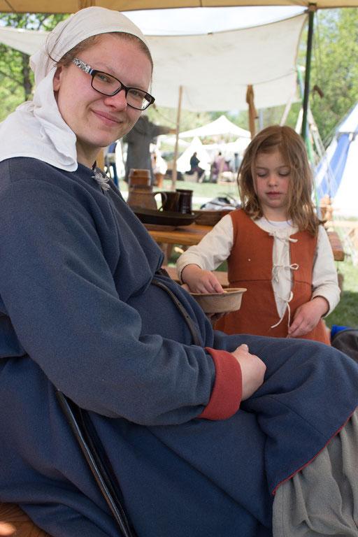 Sonja harrt im Lager mit ihrer Tochter Rosmarie aus, bis ihr Mann Dustin wieder aus der Schlacht heim kehrt. /Foto: Julia