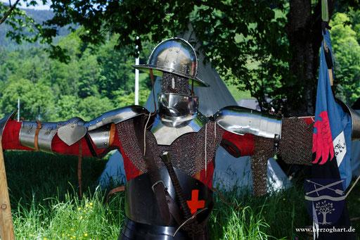 In unserem Lager gibt es viel zu sehen und zum ausprobieren. Hier: zeitgenössische Rüstung um 1420. /Foto: Stephan