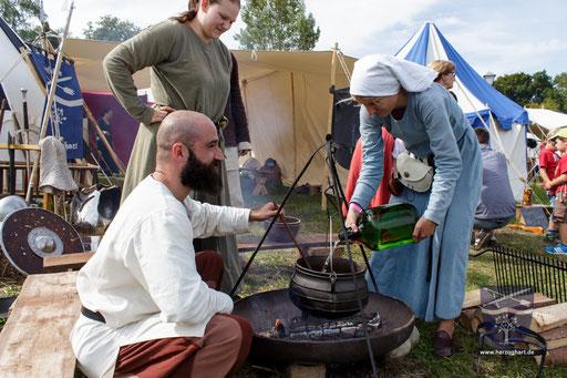Beim Kochen herrscht reges treiben. Jedes Mitglied trägt einen Teil dazu bei. /Foto: Stephan