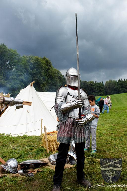 Voll gerüstet und mit dem Zweihänder bewaffnet bekommt der Junge einen guten Eindruck in das Mittelalter. /Foto: Julia