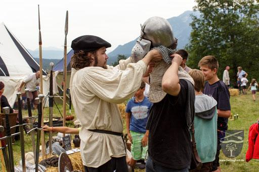 Es ist gar nicht so einfach, in eine mittelalterliche Rüstung zu kommen. /Foto: Stephan