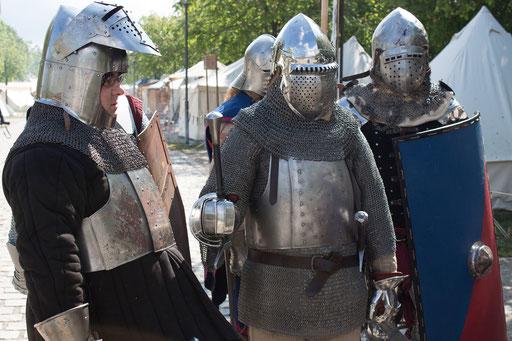 Dustin und Roland treffen sich mit Verbündeten, bevor es auf das Schlachtfeld geht. /Foto: Julia