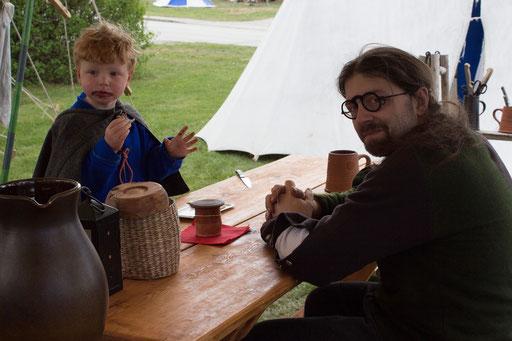 Nach der Feldschlacht ruht sich Dustin mit seinem Sohn Sebastian im Lager aus. /Foto: Julia