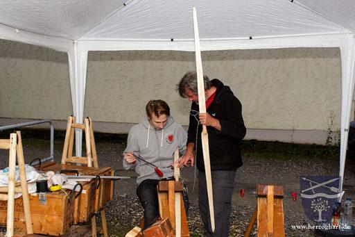 Martin (rechts) erklärt Roman, wie er den Bogenrohling bearbeiten soll. /Foto: Stephan