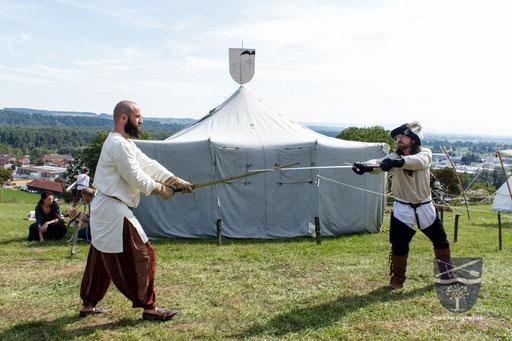 Frederik (links) und Dustin (rechts) gehen die Grundlagen mit des Schwertkampfes nach Talhoffer durch. (Teil 3) /Foto: Stephan