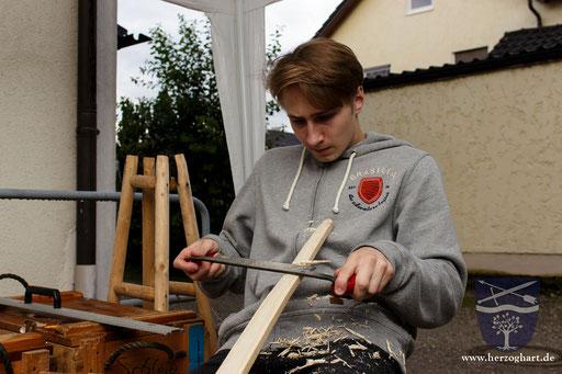 Roman bearbeitet den Bogenrohling mit dem Ziehmesser. Damit wurde aus einem bloßen Stück Holz ein Bogen! /Foto: Stephan