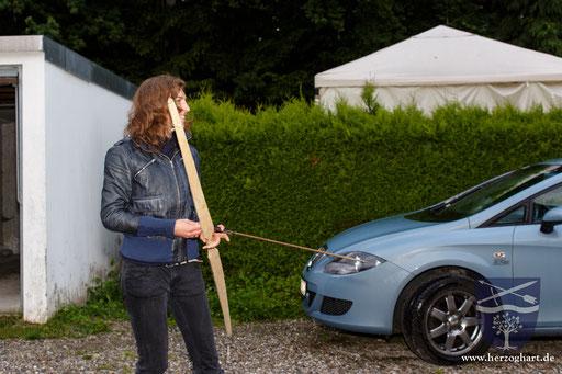 Julia bereitet sich auf den aller ersten Schuss mit ihrem Bogen vor. /Foto: Stephan