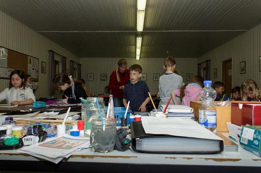 Ein weiterer Workshop war die Schreibwerkstatt, in der die Kinder die Kunst der Kalligraphie erlernten. /Foto: Stephan