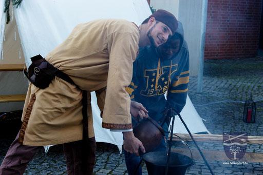 Einzigartig am ganzen Markt: Gewürzwein nach alter Rezeptur über dem Feuer in einem Kessel erhitzt. Unbedingt probieren! /Foto: Julia