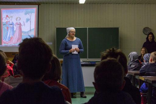 Zu Beginn des Mittelaltertages trug Sonja die Geschichte von Lohengrin vor, da der Tag unter diesem Motto stand. /Foto: Stephan