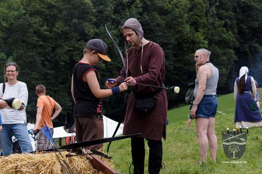 Beim Bogenschießen verwenden wir auf den Festen sogenannte LARP-Pfeile. Das sind Pfeile mit einem Schaumstoffkopf. Damit ist das Verletzungsrisiko sehr gering. /Foto: Stephan