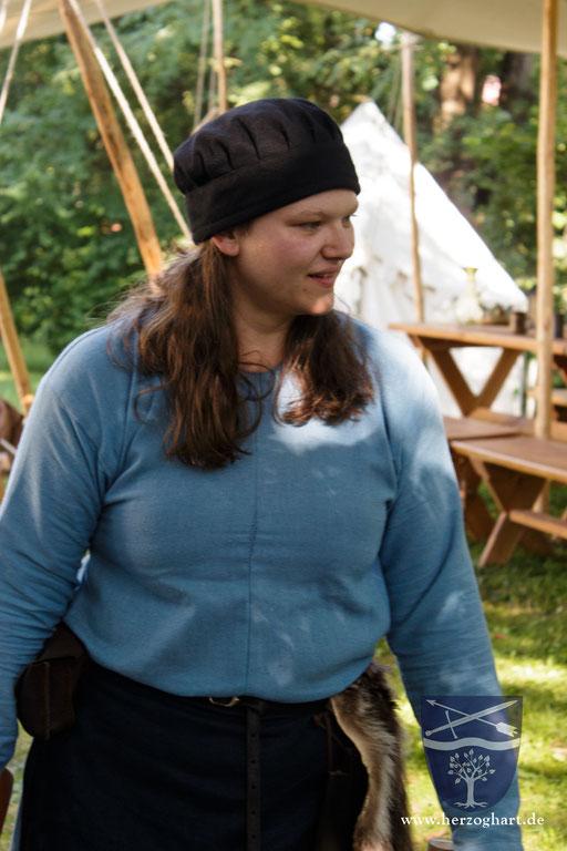 Unsere Schatzmeisterin Sonja hat immer einen Blick auf das Lager. /Foto: Julia