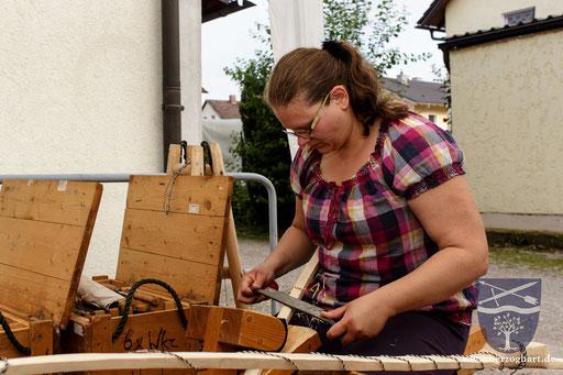 Um nicht die tiefer liegenden Schichten zu verletzen, muss Sonja sehr konzentriert an die Arbeit herangehen. /Foto: Stephan