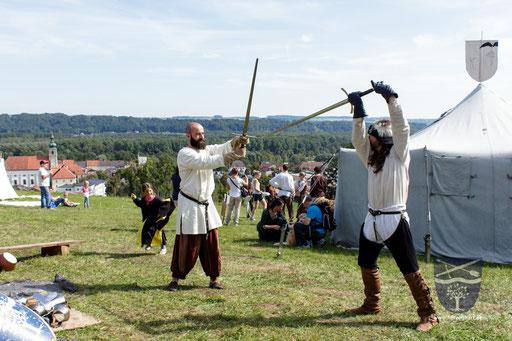 Frederik (links) und Dustin (rechts) gehen die Grundlagen mit des Schwertkampfes nach Talhoffer durch. (Teil 2) /Foto: Stephan