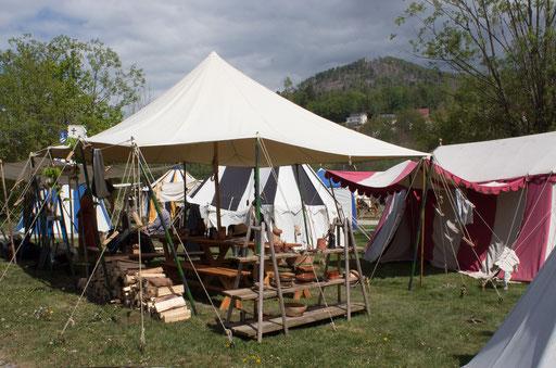 Im Lager kümmern sich währenddessen die Zurückgelassenen um Recht und Ordnung. /Foto: Julia