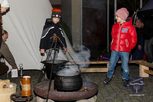 Der Duft des Gewürzweines und Kinderpunsches lockte viele Gäste an. /Foto: Julia