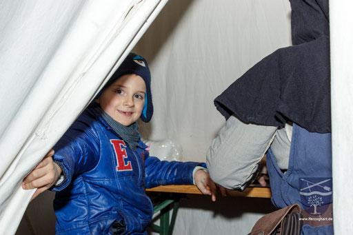 Viele Kinder strömten in das Bastelzelt. /Foto: Julia