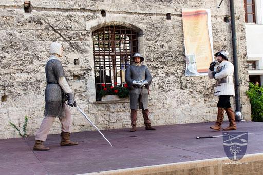 Dustin (rechts) erklärt den Zuschauern die verschiedenen Huten (Stellungen), die Daniel (links) zeigt. /Foto: Ernst
