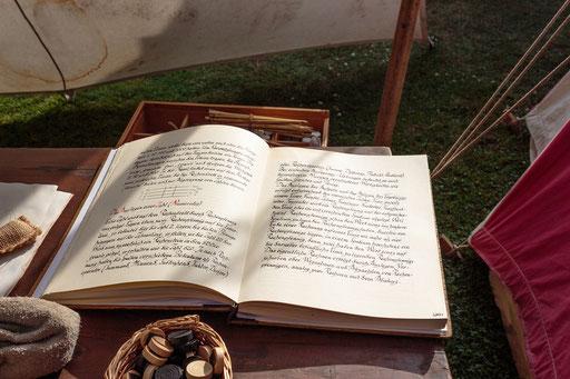 Nur die Gebildeten konnten im Mittelalter lesen und schreiben. Ein Buch zu schreiben hat viel Zeit gebraucht. /Foto: Stephan