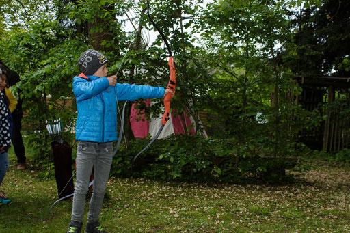 Die Kinder entwickelten ein gutes Geschick für das Bogenschießen. /Foto: Stephan