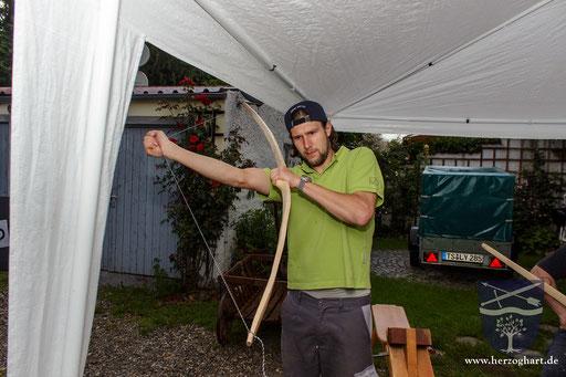 Patrick spannt den Bogenrohling regelmäßig, damit sich das Holz an die neue Bewegung gewöhnt. /Foto: Stephan
