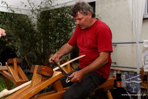 Der Seminarleiter Martin legt auch einmal schnell selbst Hand an einem Bogenrohling an. /Foto: Stephan