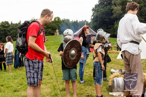 Mittelalter zum Anfassen ist etwas ganz Besonderes! Schon einmal ein Schwert in der Hand gehalten? - Gerne ausprobieren! /Foto: Stephan