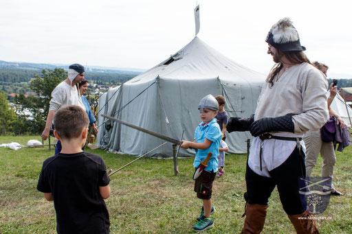 Mittelalter zum Anfassen ist bei Kindern gerne gesehen. /Foto: Stephan