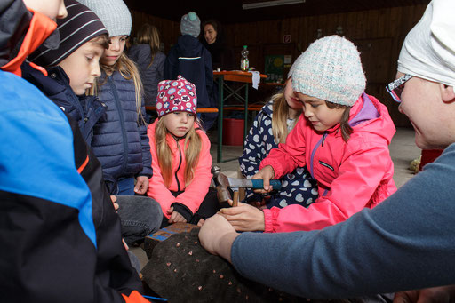 Mit Kupfernieten befestigten die Kinder die Metallplättchen am Lederwams. /Foto: Stephan