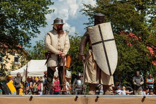 Zur zeit der ersten Kreuzzüge (Früh- bis Hochmittelalter) war die Bewaffnung noch recht leicht. /Foto: Alina/Stephan