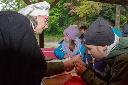 Nähen stellte sich als knifflige Herausforderung für die Kinder heraus, die sie aber mit Bravour meisterten! /Foto: Stephan