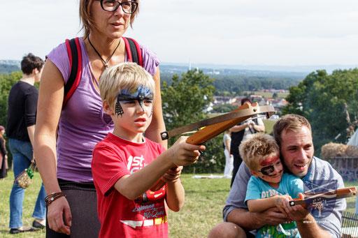 Eltern helfen ihren Kindern gerne beim Kinderarmbrustschießen. /Foto: Stephan